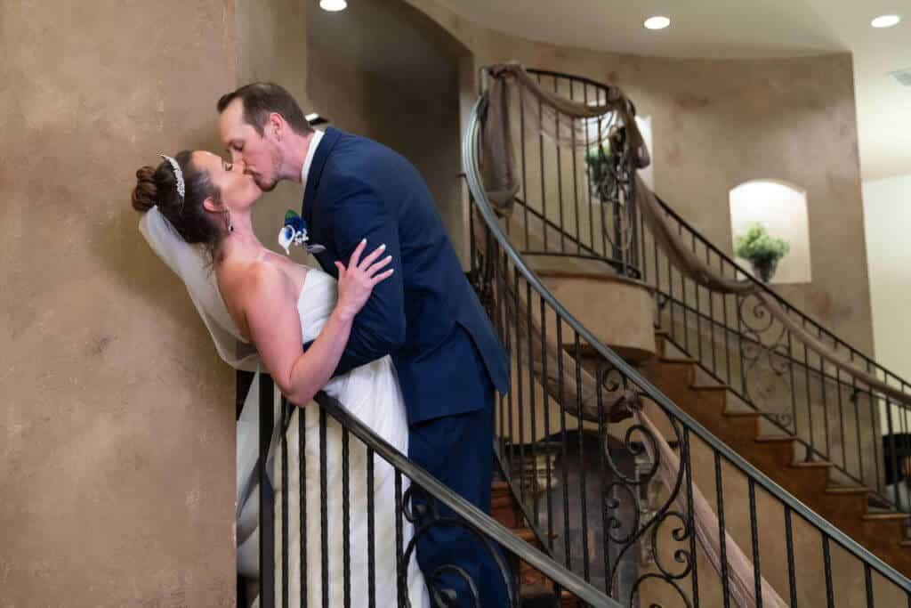 Kissing-newlyweds-2TG03504-1024x683