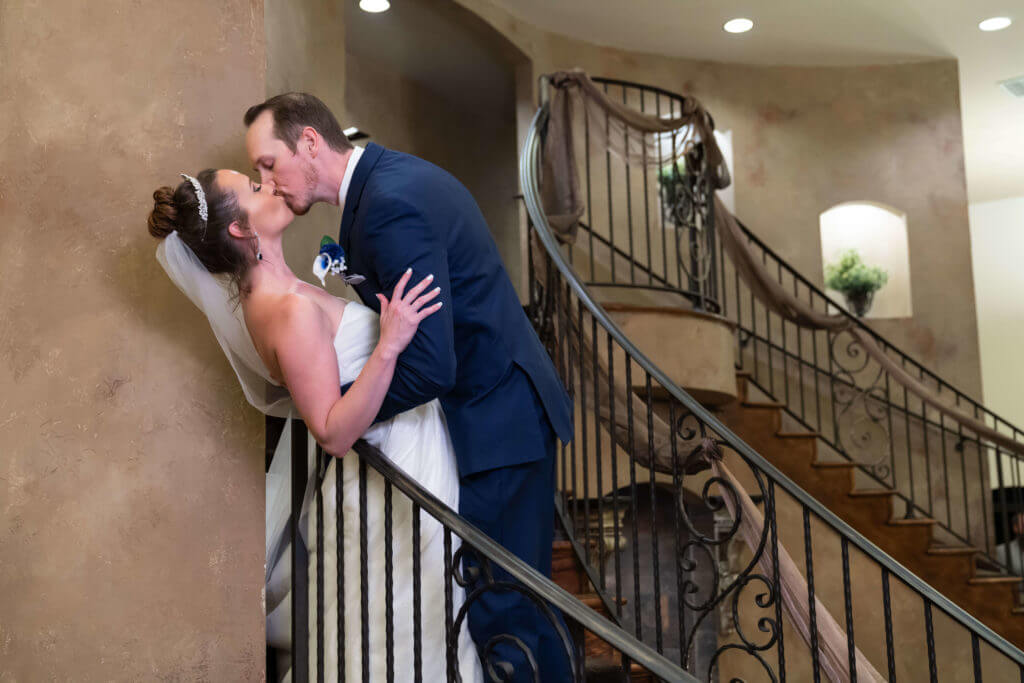 Kissing-newlyweds-2TG03504-1024x683