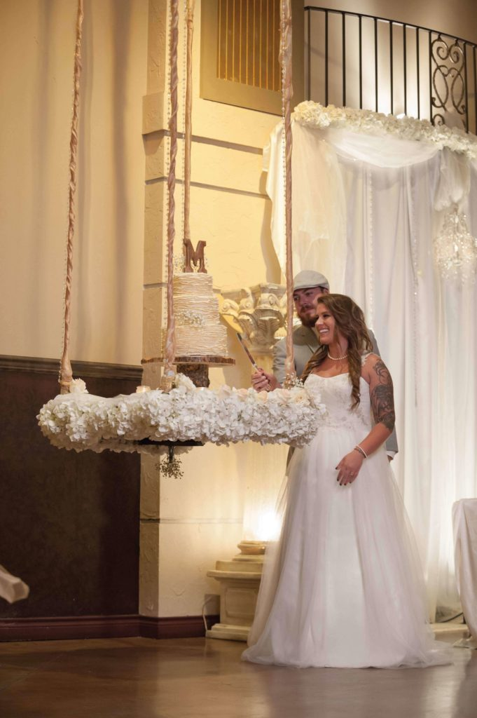 Rustic-hanging-cake-Bella-sera_sml-681x1024
